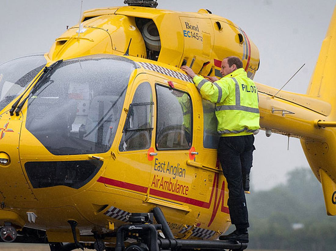 Prinz William bei seiner ersten Schicht als Hubschrauber-Kopilot bei der East Anglian Air Ambulance im Jahr  2015.