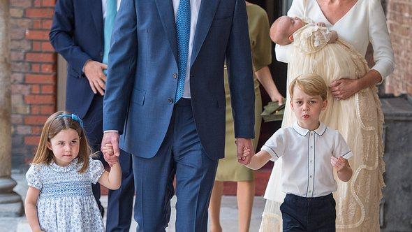 Prinz William und Herzogin Kate mit ihren drei Kindern am Tauftag von Prinz Louis. - Foto:  WPA Pool/GettyImages