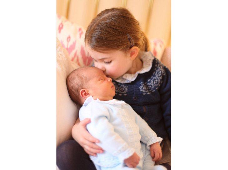 Prinzessin Charlotte auf ihrem ersten offiziellen Foto mit Bruder Louis.