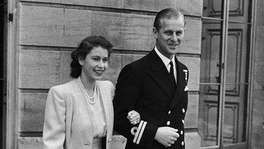 Prinzessin Elizabeth und Leutnant Philip Mountbatten am Tag ihrer Verlobung. - Foto:  Central Press /GettyImages
