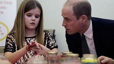 Prinz William tröstet Mädchen.  - Foto:  Matt Dunham - WPA Pool/ Getty Images