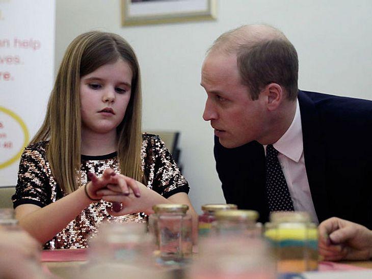 Prinz William tröstet Mädchen.