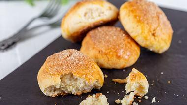 Selbst gebackenen Quarkbrötchen. - Foto: oykuozgu / iStock