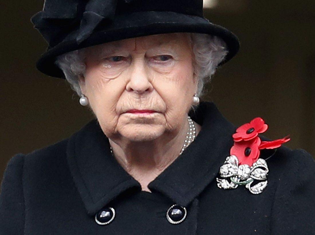 Queen Elizabeth: Eine Träne kullert ihr aus dem Auge.
