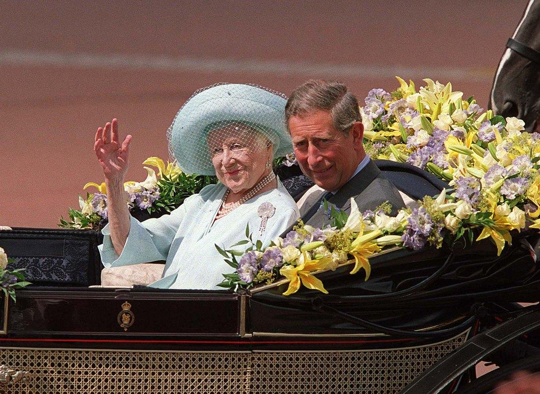 Queen Mum mit Prinz Charles in einer Kutsche.