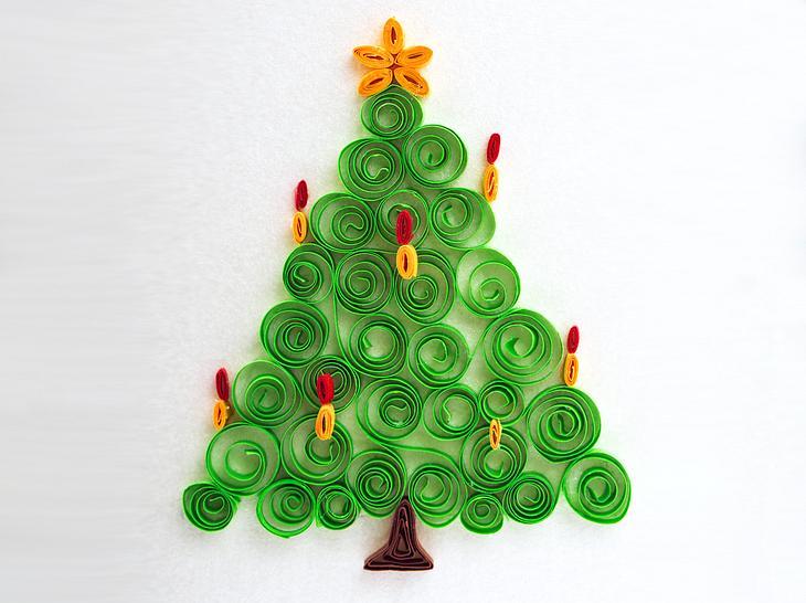 Ein mit der Quilling-Technik gebastelter Weihnachtsbaum.