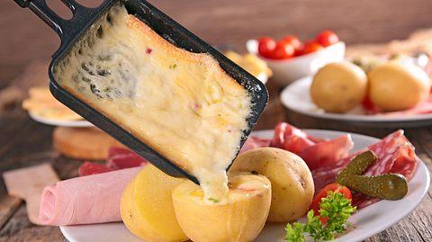 Wir zeigen Ihnen hier einige originelle Ideen und Zutaten für Ihr nächstes Raclette. - Foto: margouillatphotos / iStock