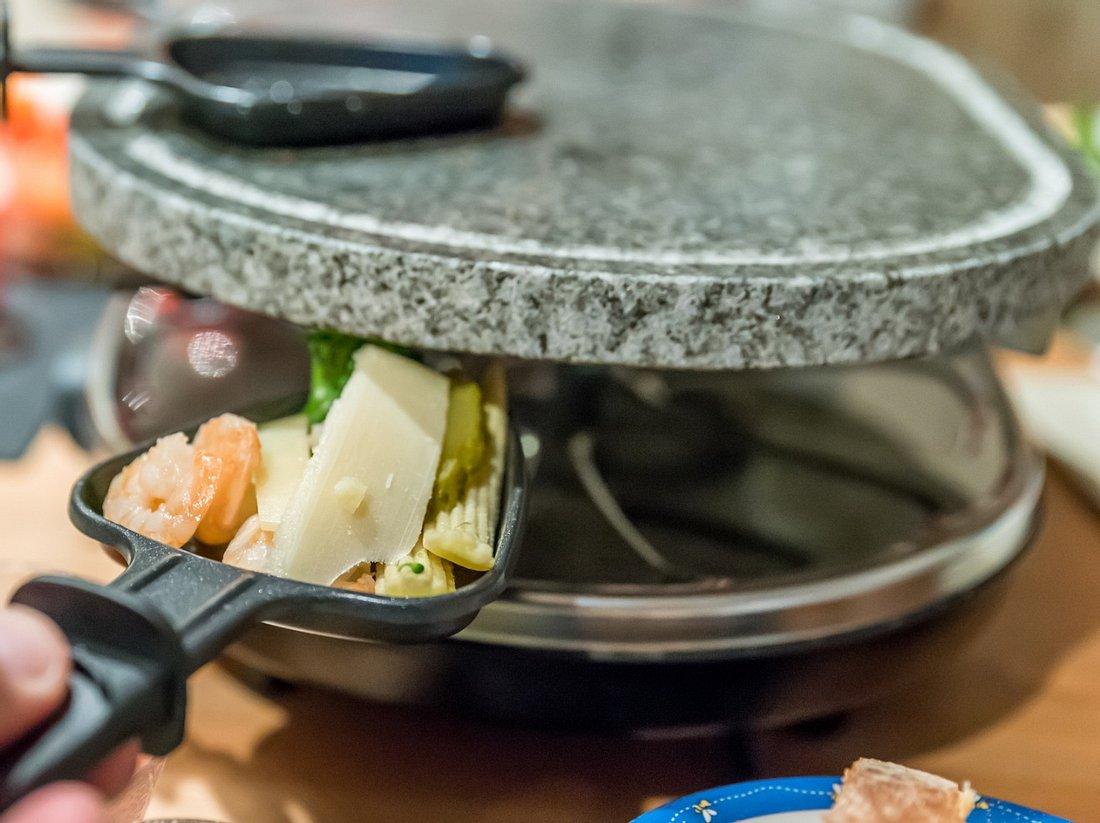 Raclette reinigen: So werden Steinplatte, Grill und Pfännchen sauber