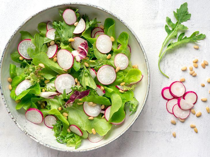 So bereiten Sie Radieschensalat zu.