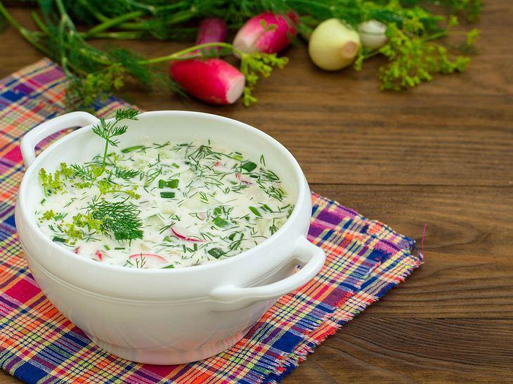 Cremige Radieschensuppe mit frischen Kräutern.