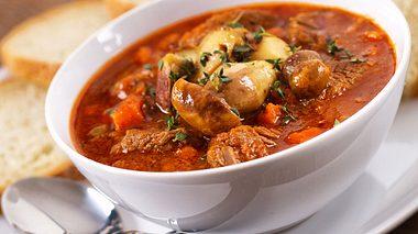 Räuberfleisch gehört zu den Klassikern der deftigen Küche.  - Foto: svariophoto / iStock