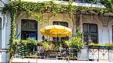 Grün bepflanzter Balkon in der Stadt. - Foto: querbeet / iStock