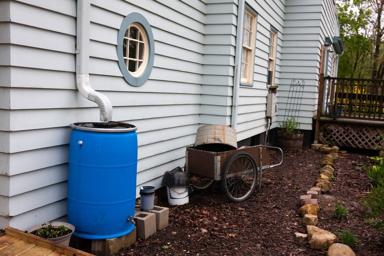 Tonne zum Regenwasser auffangen im Garten