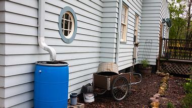Tonne zum Regenwasser auffangen im Garten - Foto: iStock/ patty_c