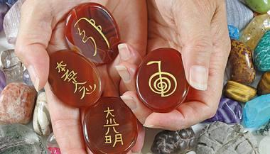 Die vier Reiki-Symbole - Foto: NikkiZalewski/iStock