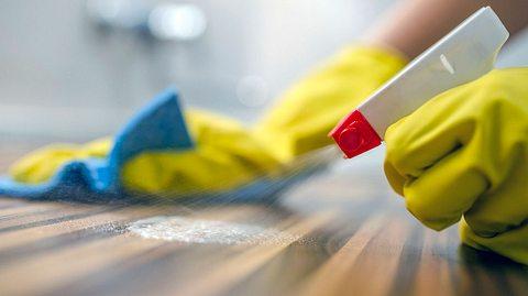 So gefährlich sind chemische Haushaltsreiniger - Foto: Ljubaphoto / iStock