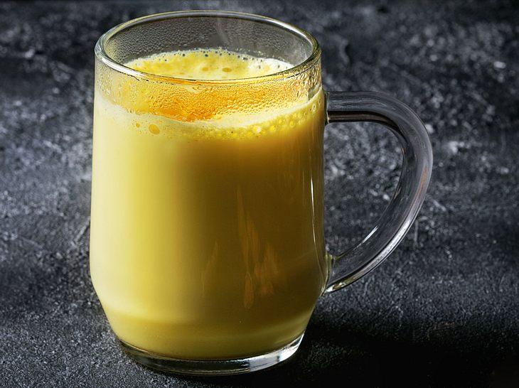 Heiße Milch mit Ingwer und Honig gegen Reizhusten.