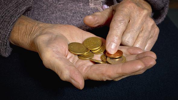 Frau zählt münzen in ihrer Hand.  - Foto: SandraMatic