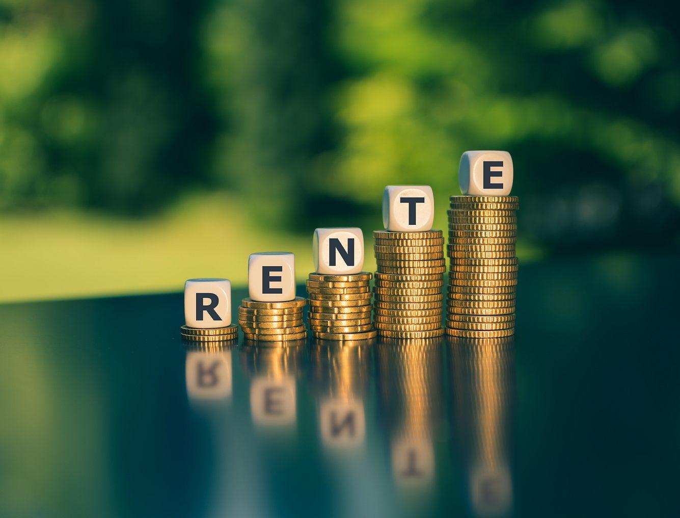 Fünf Stapel Kleingeld mit dem Wort Rente.