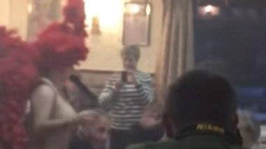 Eine Senioren-Weihnachtsparty bekam Besuch einer Revue-Tränzerin. - Foto: Screenshot YouTube/Lozoya Única Luchando por nuestro pueblo