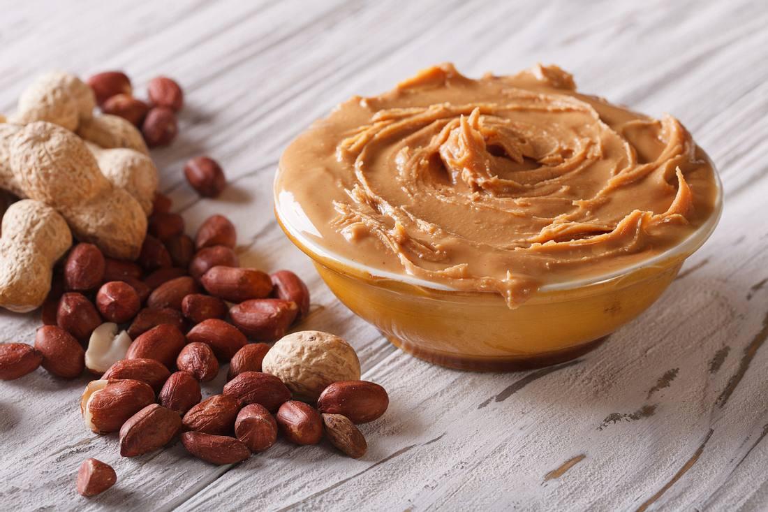 Wie Sie Erdnussbutter leicht selber machen, anstatt sie zu kaufen.