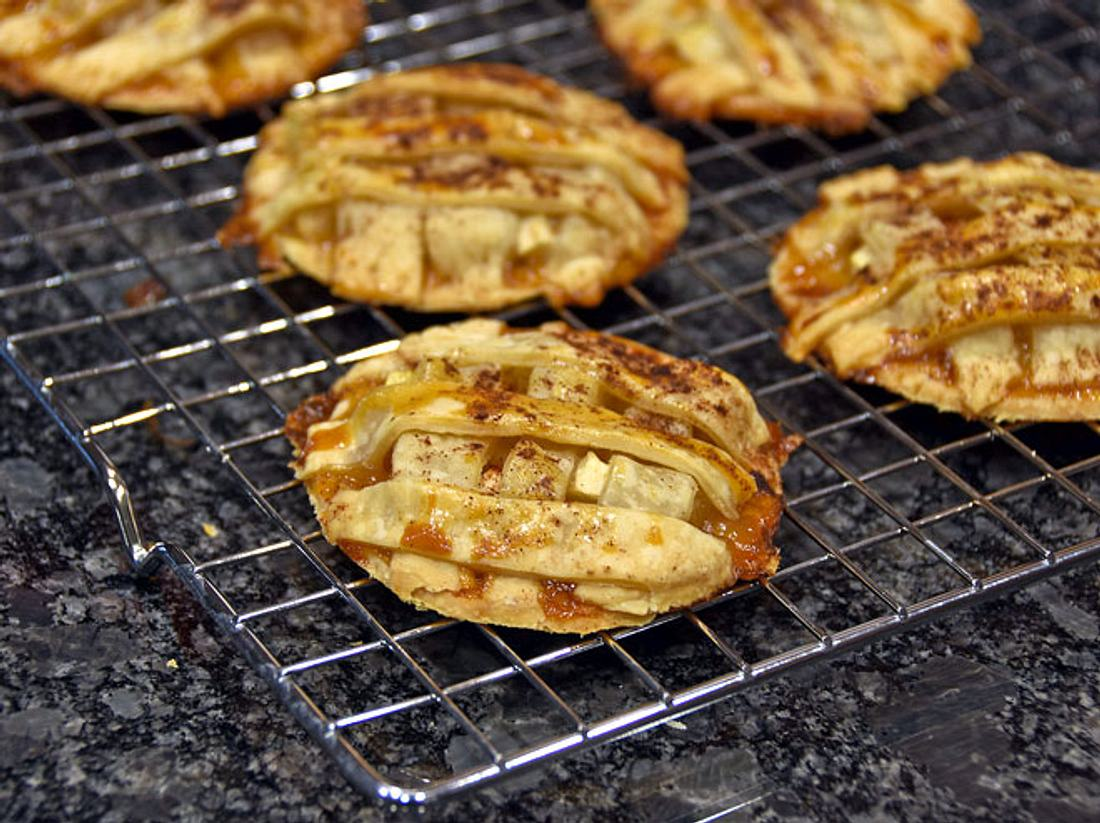 Warum nicht einfach mal zwei Desserts zu einem ganz neuen kombinieren? Zum Beispiel mit Apfelkuchen-Keksen.
