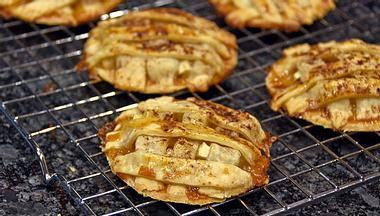 Warum nicht einfach mal zwei Desserts zu einem ganz neuen kombinieren? Zum Beispiel mit Apfelkuchen-Keksen. - Foto: liveslow / iStock