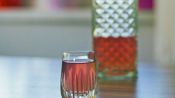 Das Rezept zu selbstgemachtem Rhabarber-Erdbeer-Likör. - Foto: Patrikerkusian / iStock