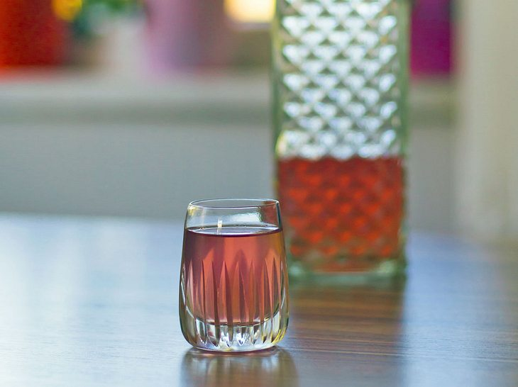 Das Rezept zu selbstgemachtem Rhabarber-Erdbeer-Likör.