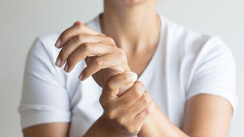 Rheuma: Erste Anzeichen, Therapien & die richtige Ernährung - Foto: Solidcolours/iStock