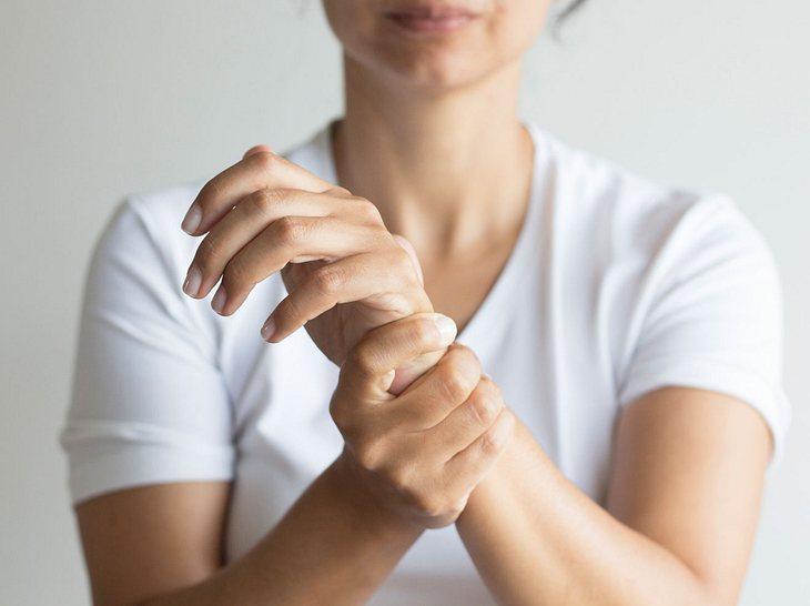 Rheuma: Erste Anzeichen, Therapien & die richtige Ernährung