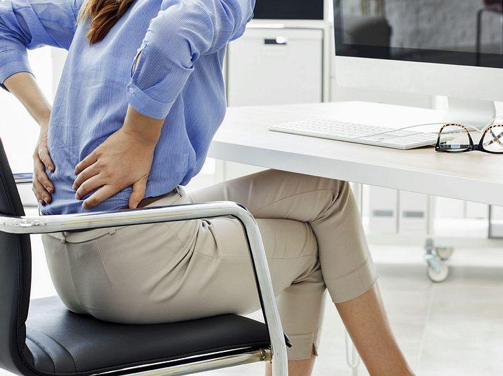 Falsches Sitzen kann zu zu Rückenbeschwerden führen.