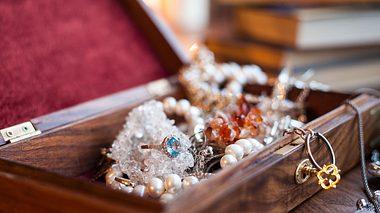 Der vermeintliche Ring lag über 30 Jahre in einem Schmuckkästchen.  - Foto: mspolina / iStock