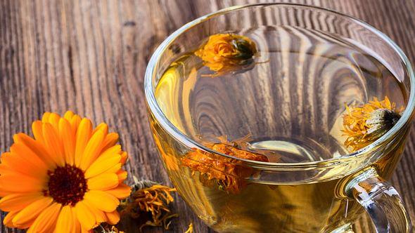 Ringelblumentee wirkt gegen viele Beschwerden. - Foto: rostovtsevayulia / iStock