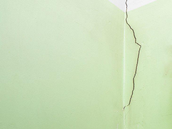 Wann und wie sollte bei Rissen in der Wand gehandelt werden?