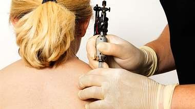 Rosen-Tattoos sind sehr beliebt. - Foto: no_limit_pictures / iStock