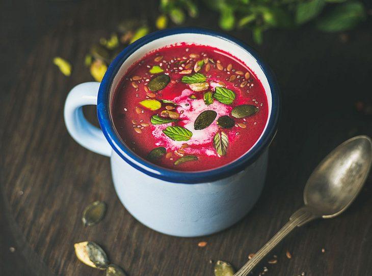Rote Bete-Suppe mit Kokosmilch und Pistazien.