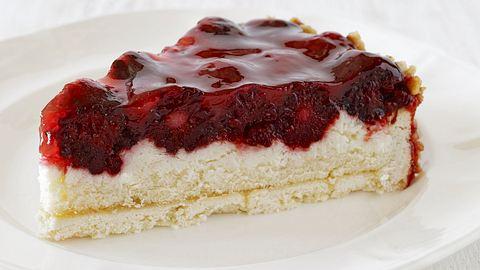 Ein Stück Rote-Grütze-Kuchen auf einem weißen Teller. - Foto: gerenme / iStock