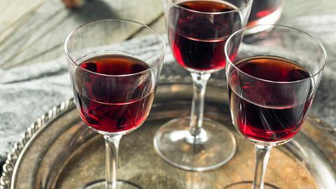Drei Gläser mit Rote-Grütze-Likör auf einem silbernen Tablett. - Foto: bhofack2 / iStock