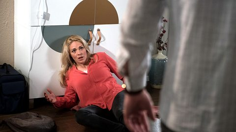 Britta wird von Luke geschlagen. - Foto: ARD / Nicole Manthey
