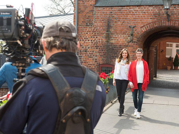 Sydney Flickenschild (Cheryl Shepard, r.) und Kim (Hedi Honert, l.) beim Dreh des neuen Vorspanns von 'Rote Rosen'