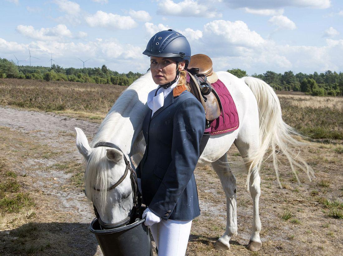 Eva manipuliert Sonjas Pferd.