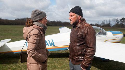 Tatjana und Jens stehen vor einem Flugzeug.  - Foto: ARD / Nicole Manthey