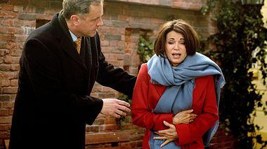 Hilli erleidet starke Bauchkrämpfe. - Foto: ARD / Nicole Manthey