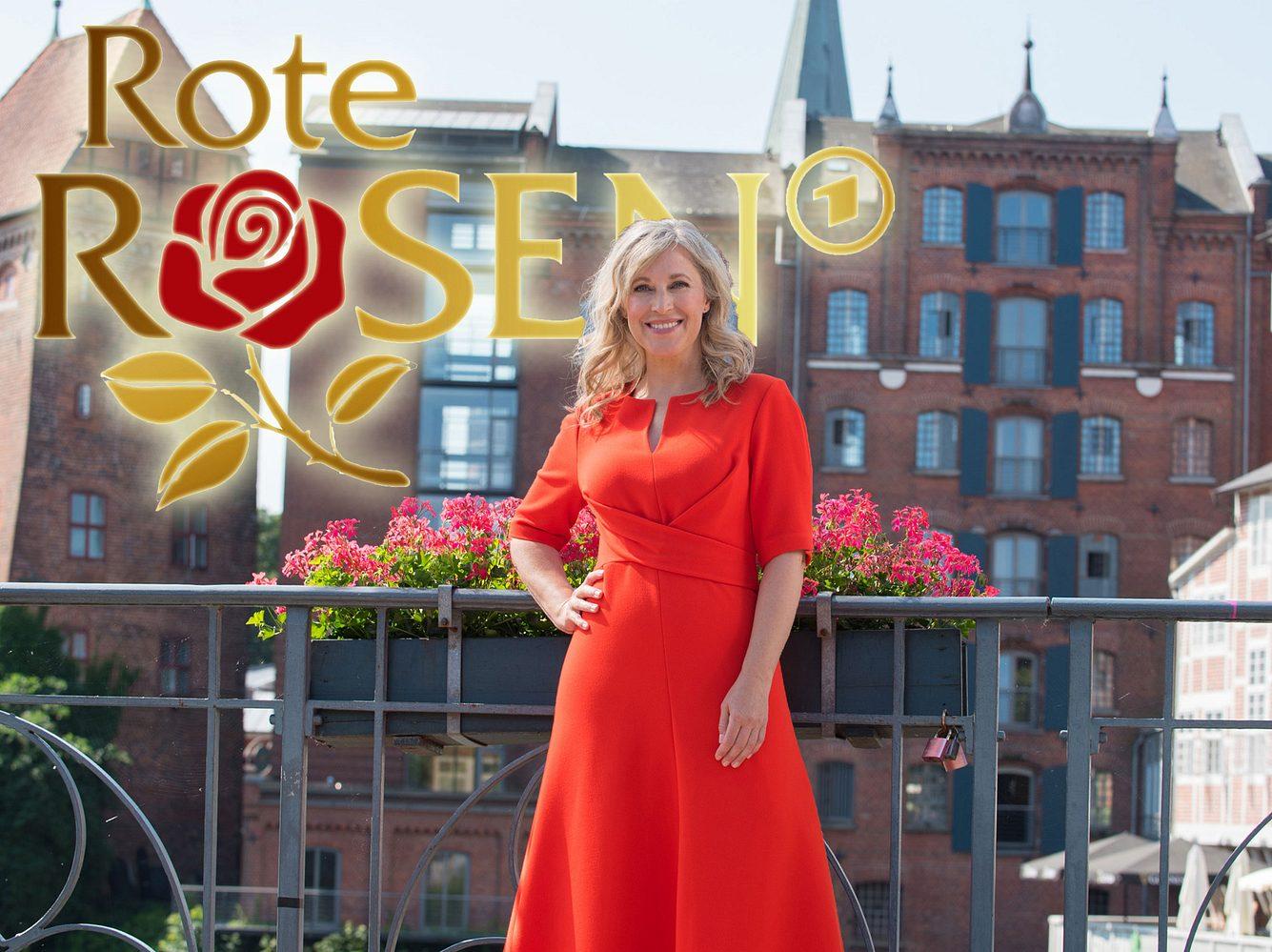 Nicole Ernst in einem roten Kleid in Lüneburg.