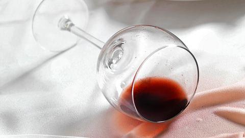 Rotweinflecken lassen sich mit den richtigen Tipps gut entfernen. - Foto: iStock / LauriPatterson