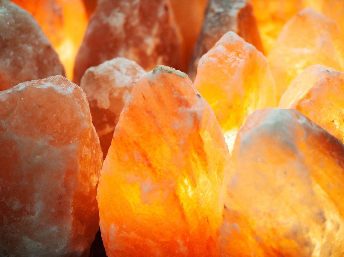 Salzkristalllampen wird eine positive Wirkung auf unsere Gesundheit nachgesagt.