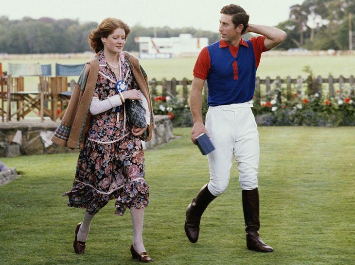 Prinz Charles trifft sich mit Lady Sarah Spencer.