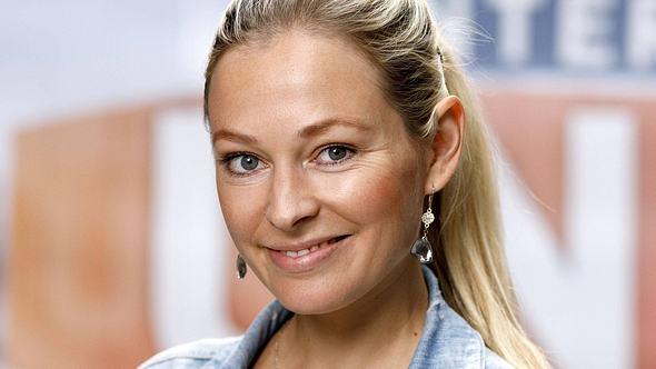 Sarah Stork am Set der RTL-Serie Unter uns im Jahr 2019. - Foto: IMAGO / Future Image