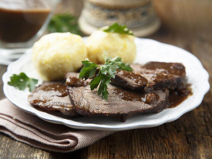 Sauerbraten einlegen und zubereiten: So schmeckt es köstlich!